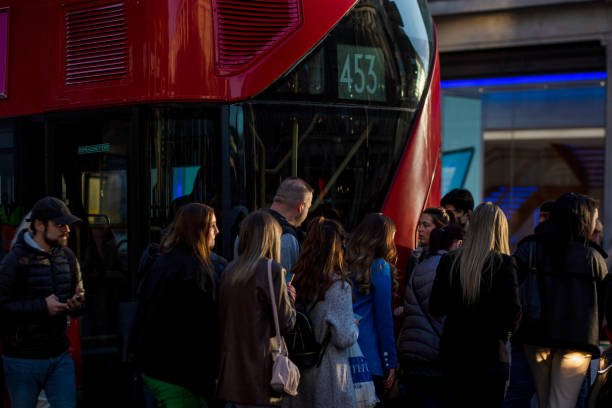 GBR: Shoppers In London As U.K. Retail Sales Fall Unexpectedly in Longest Ever Weak Patch