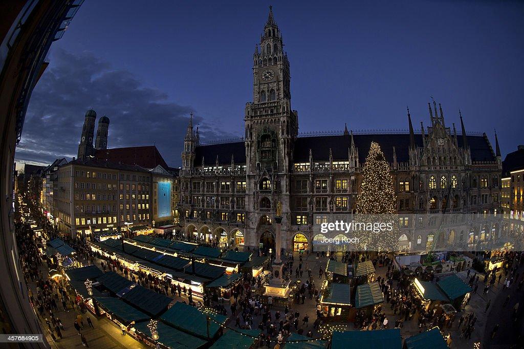 Shoppers Busy As Christmas Nears : News Photo