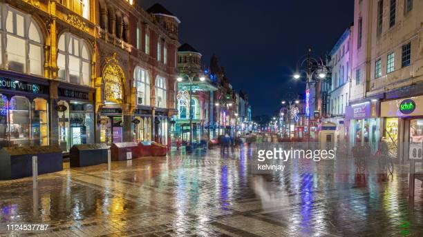 夜リーズの中心を通って歩く買い物客 - リーズ ストックフォトと画像