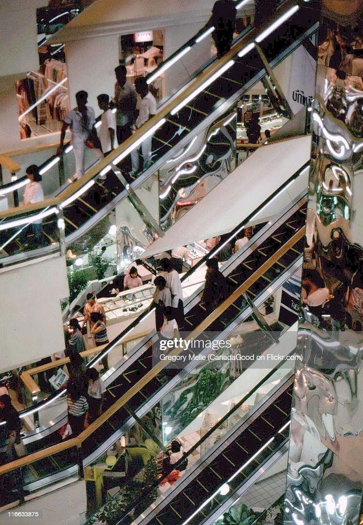 Shopping amid escalators, New World Shopping : Foto de stock