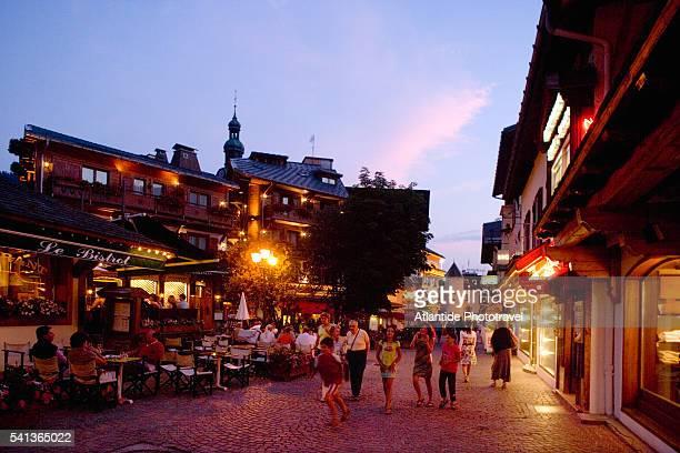 shopping and dining along cobblestone street - ムジェーヴ ストックフォトと画像
