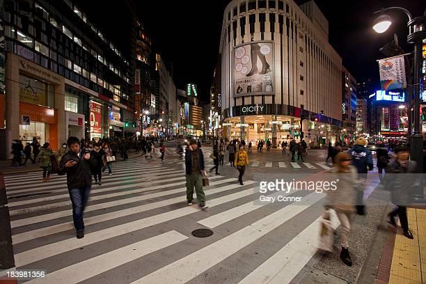 shopping area in shibuya at night - paso de cebra fotografías e imágenes de stock