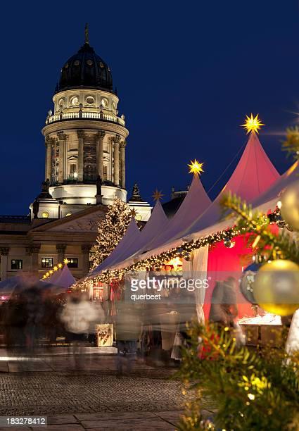 Shopping in einem Weihnachtsmarkt-Berlin