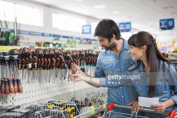 winkelen bij de hardware store - doe het zelven stockfoto's en -beelden