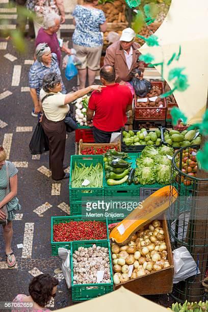 shopping at mercado dos lavradores - merten snijders stockfoto's en -beelden