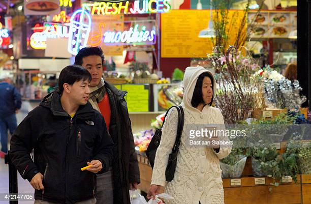 shopping at the reading terminal market - basslabbers, bastiaan slabbers stock pictures, royalty-free photos & images