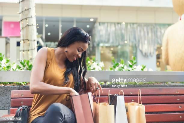 オーストラリア人女性のショッピング - brisbane ストックフォトと画像