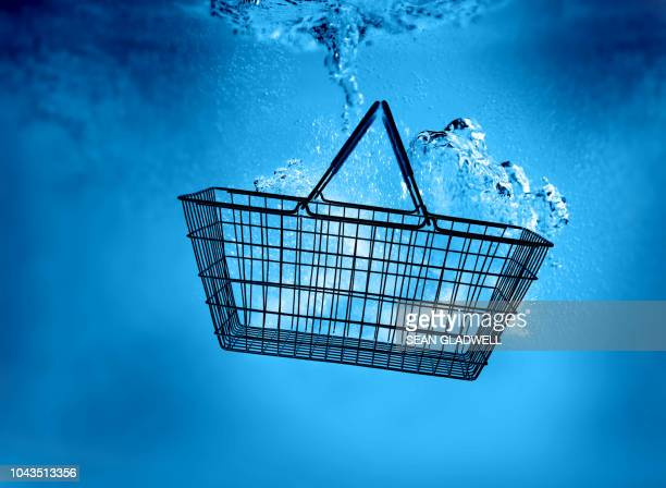 shopping basket underwater - mercado espaço de venda no varejo - fotografias e filmes do acervo