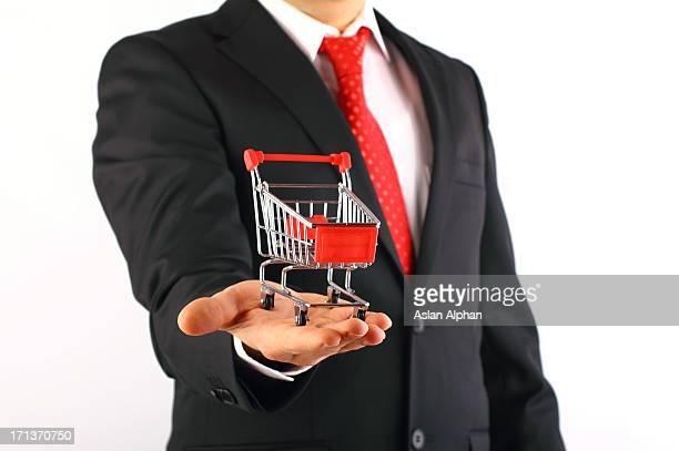 Einkaufswagen und Geschäftsmann