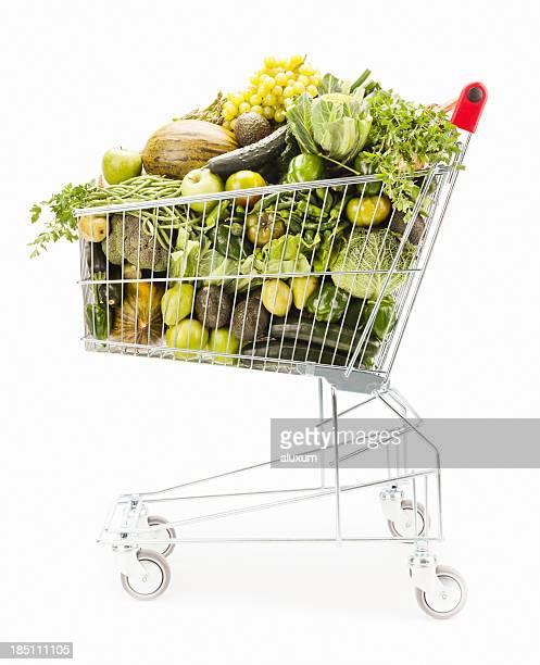 Einkaufswagen voller Gemüse und Obst