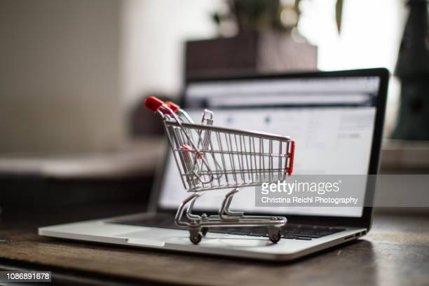 shopping cart on laptop - onlinebanking stock-fotos und bilder