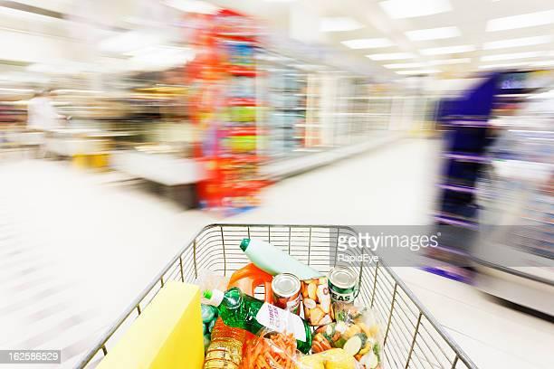 Panier courses en supermarché aisle flou de débit