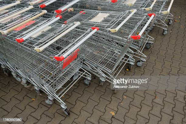 shopping carts and baskets near a store or hypermarket. - 西シベリア ストックフォトと画像