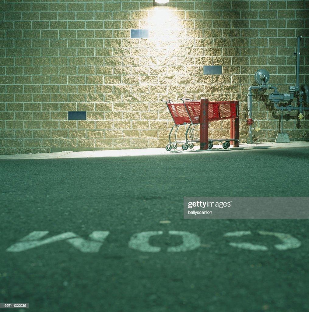 Shopping Carts in Parking Lot : Foto de stock