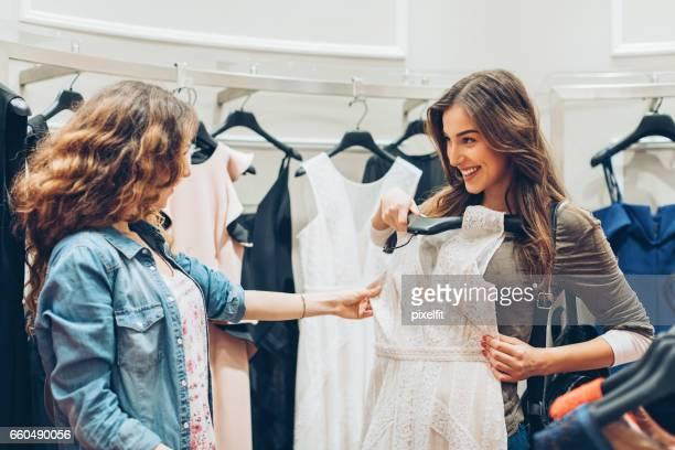 Einkaufen für ein neues Kleid