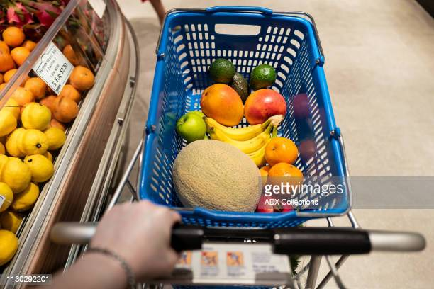 shopping for fruits - tropische frucht stock-fotos und bilder