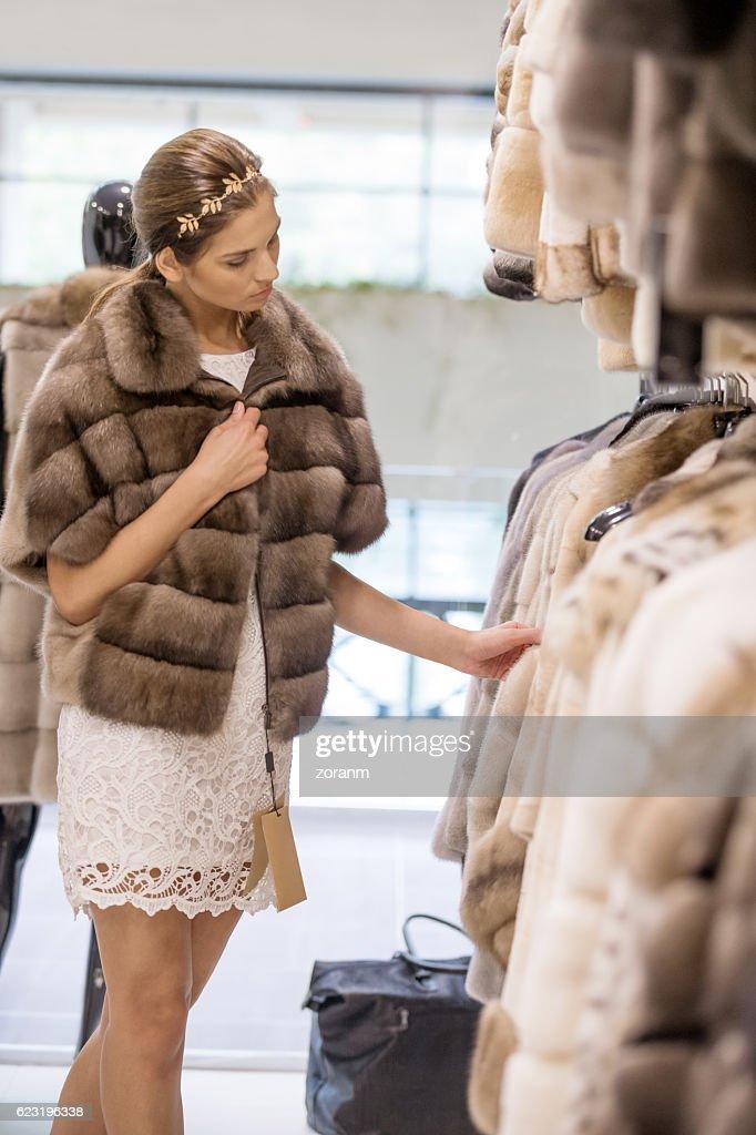 Shopping for fur coat : Foto de stock