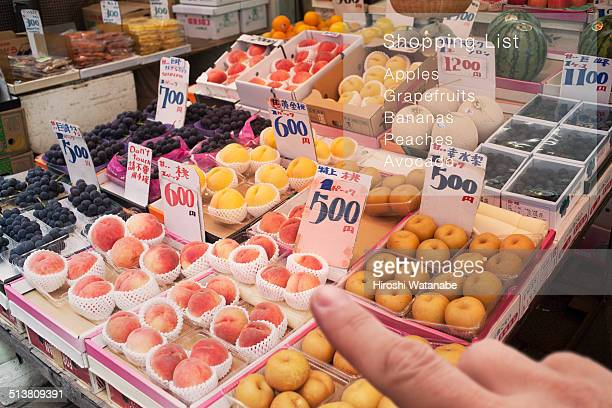 Shopping fruits with checking list by smart glasse