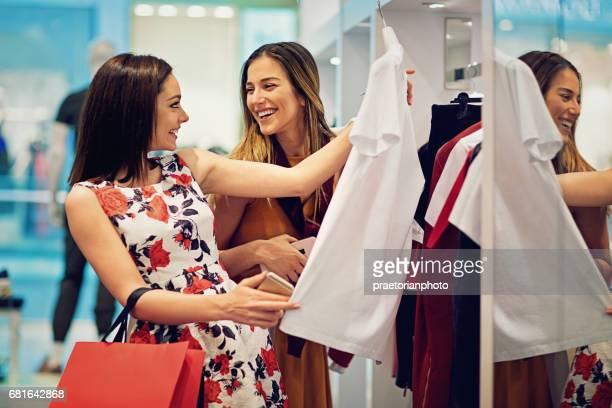 購物女孩正在店裡看衣服 - 鏡 物品 個照片及圖片檔