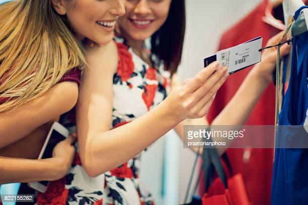 Shopping Mädchen suchen Kleidung Tag im store