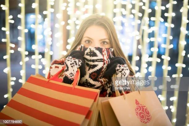 shopping in secret - saldi foto e immagini stock