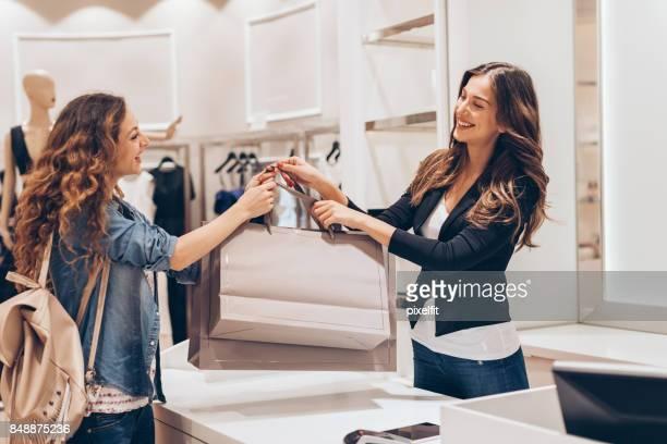 Shopping dans le magasin de mode