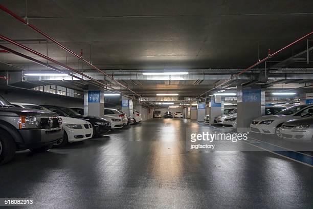 einkaufszentrum tiefgarage - unterirdisch stock-fotos und bilder
