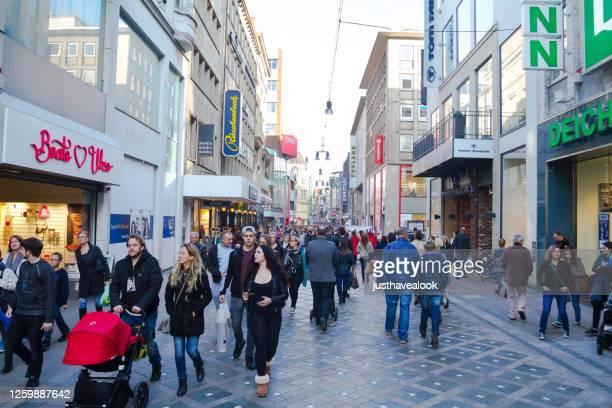 shopping multi etniska människor i staden gatan westenhellweg i dortmund - dortmund stad bildbanksfoton och bilder