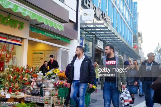 shopping icke kaukasiska män i dortmund stad - dortmund stad bildbanksfoton och bilder