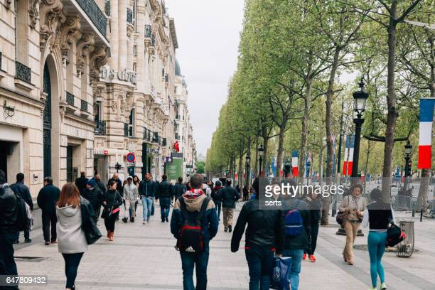 shopping on champs élysées -paris - champs elysees quarter stock pictures, royalty-free photos & images
