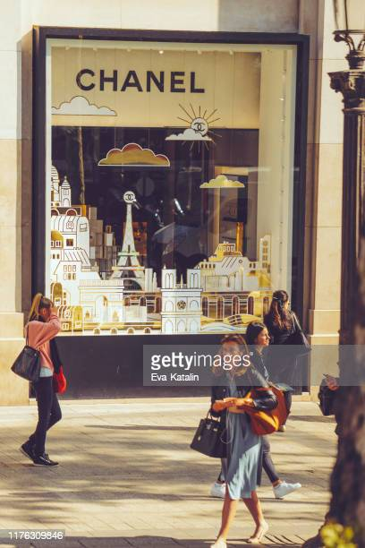 shopping on the champs elysees in paris - avenue des champs elysees stock pictures, royalty-free photos & images