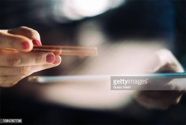 shopping online with tablet pc and credit card on hand. - einzelhandel konsum stock-fotos und bilder