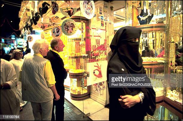 Shopping paradise the Dubai Shopping Festival United Arab Emirates on March 01 2001 Shoppers outside a jewellery store for the 6th DSF This is the...
