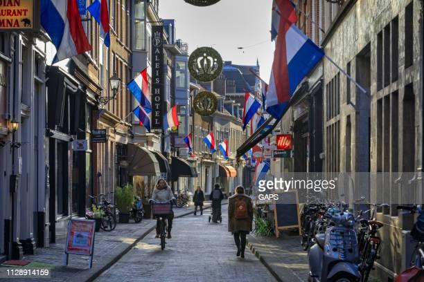 shopping people in de molenstraat staat in het centrum van den haag - nederlandse vlag stockfoto's en -beelden