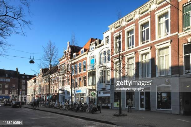 winkelstraat in den haag, nederland-2019 - den haag stockfoto's en -beelden