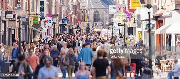 shopping street in western europe - stadsstraat stockfoto's en -beelden