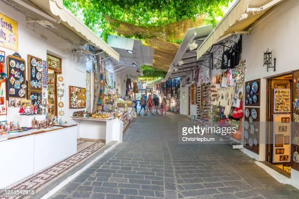 winkelstraat, lindos, rhodos, griekenland - lindos stockfoto's en -beelden