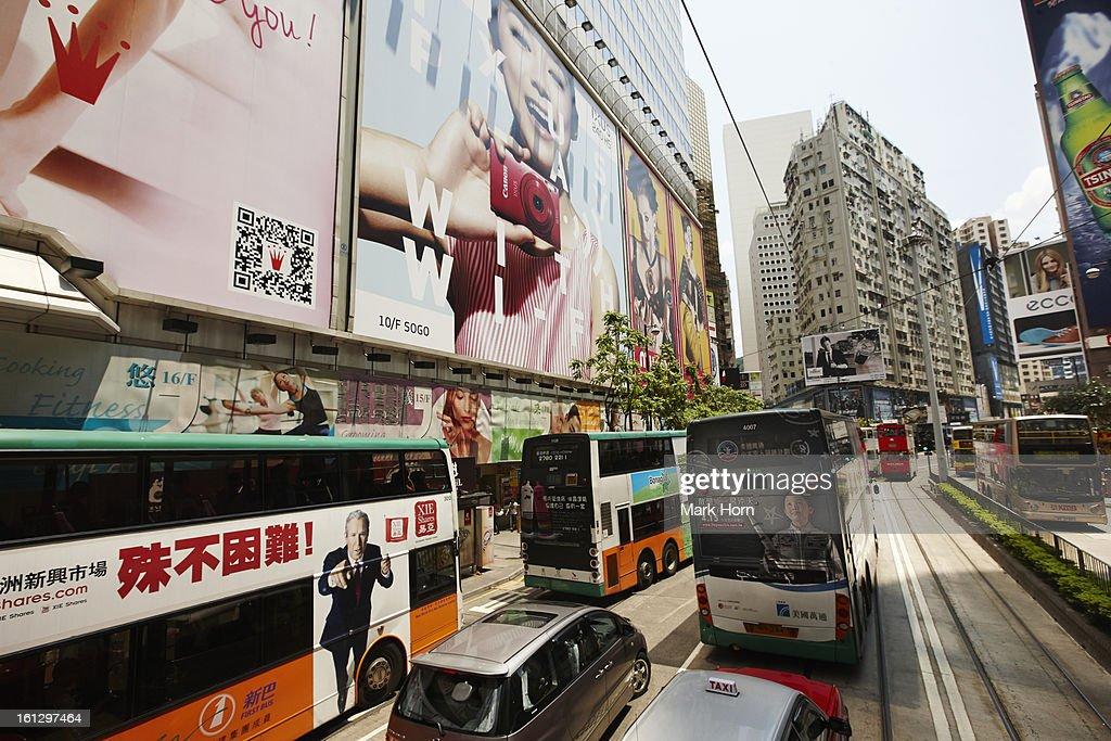 shopping street with huge billboards, Hong Kong : ストックフォト