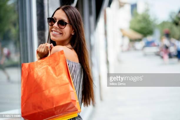 temps de magasinage. jeunes couples dans le shopping. - petit ami photos et images de collection