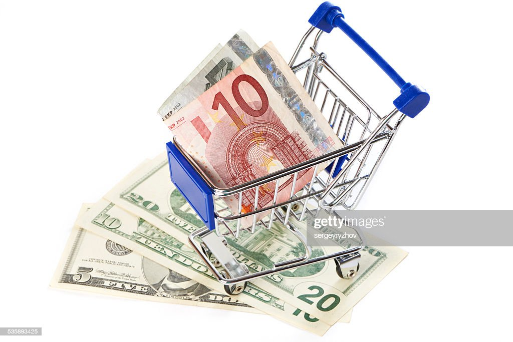 Shopping trolley mit Geld Isoliert : Stock-Foto