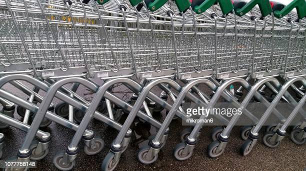 shopping trolleys in a row - mercado espaço de venda no varejo - fotografias e filmes do acervo