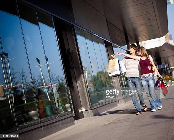 De compras. Pasos y señalando en la ventana de visualización.