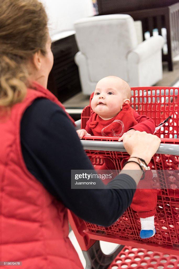 d556e19a294464 Einkaufen mit Ihrem Baby   Stock-Foto