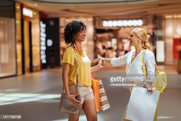 einkaufen mit jemandem macht immer mehr spaß - mihailomilovanovic stock-fotos und bilder
