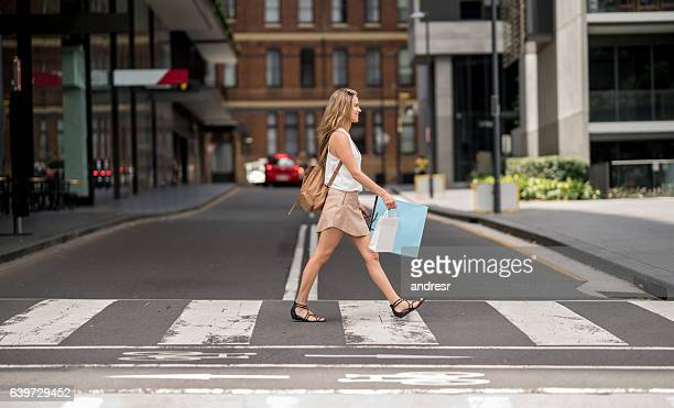 shopping woman crossing the street - pedestre - fotografias e filmes do acervo