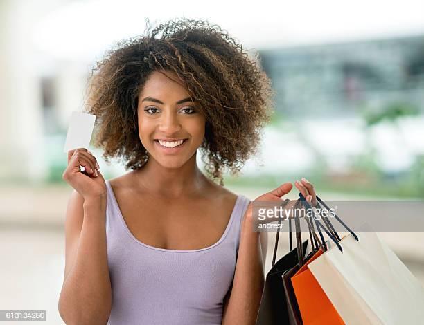 Shopping femme tenant une carte de crédit