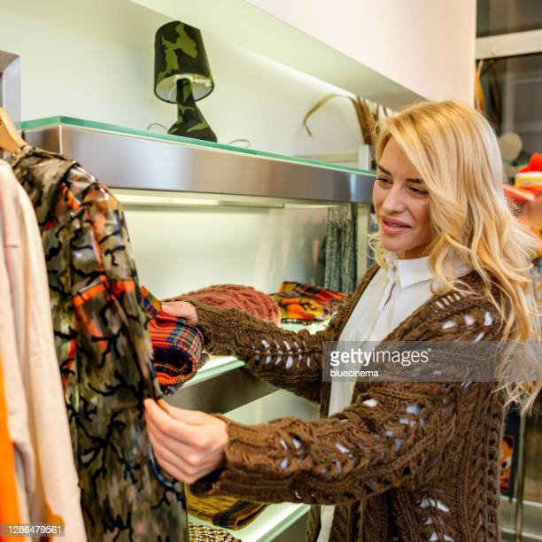 mujer de compras en una boutique - new jersey fotografías e imágenes de stock