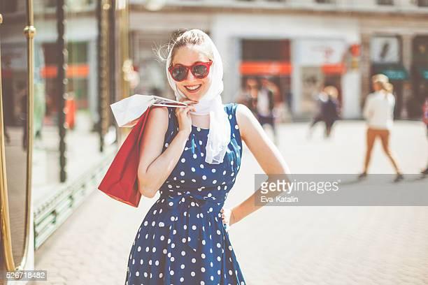Mujer de compras en la ciudad