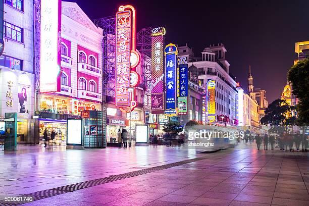 shoppping street in shanghai, china - nanjing road stockfoto's en -beelden