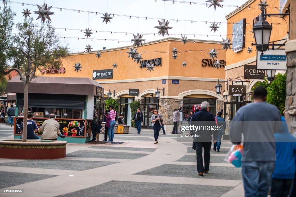 Geschäfte und Weihnachtsschmuck in Las Americas-Shopping-Mall, San Diego, USA : Stock-Foto
